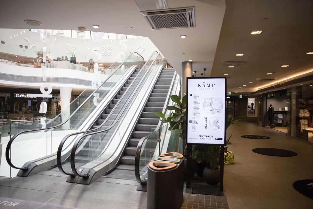 Kämp Galleriassa on hiljaista koronaviruksen takia. Usea liike on kiinni.