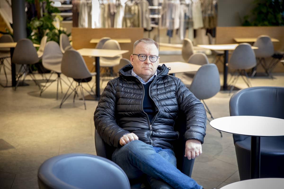 Ilmarisen vuokrauspäällillö Ville Laurila koronaviruksen takia hiljentyneessä Kämp Galleriassa 18.3.2020.