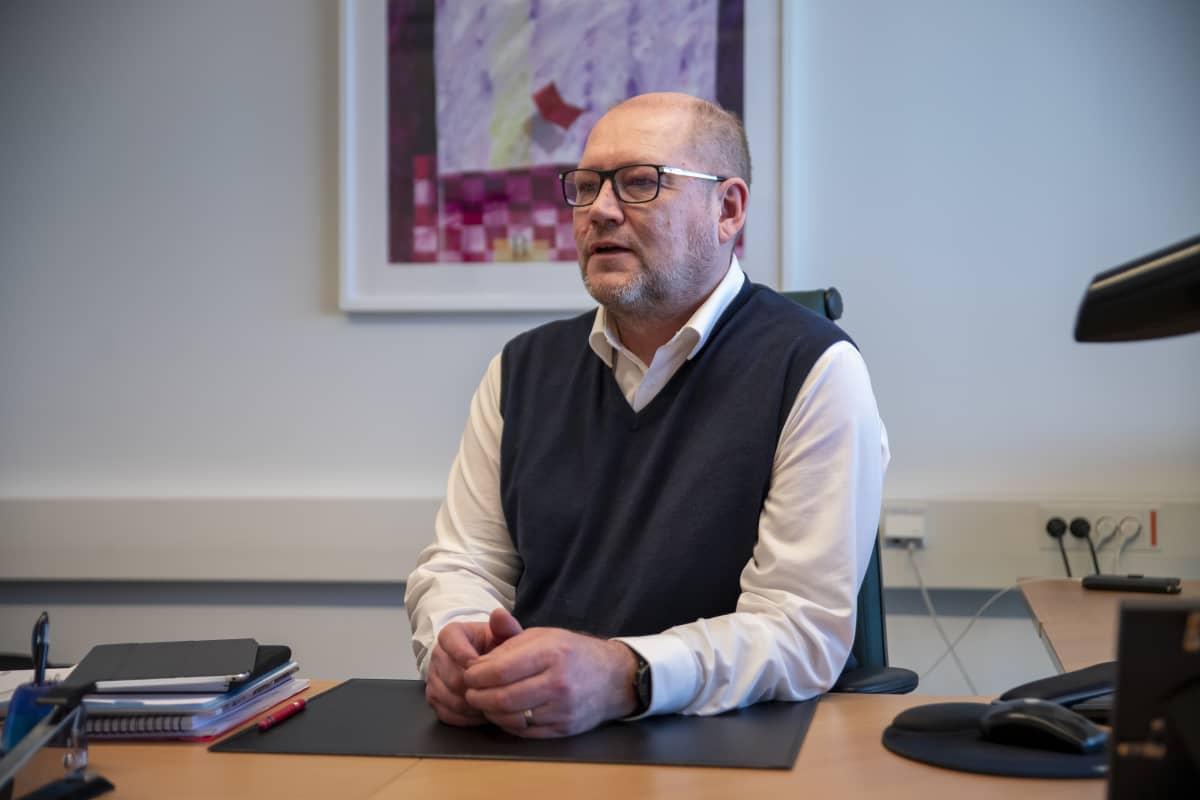 Atria-konsernin toimitusjohtaja Juha Gröhn työpöytänsä ääressä