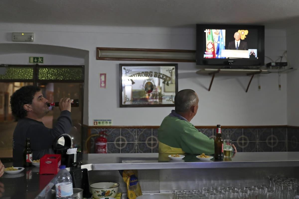 Baarin asiakkaat seurasivat Elvasissa televisiosta, kun Portugalin presidentti julisti keskiviikkona maahan poikkeustilan.