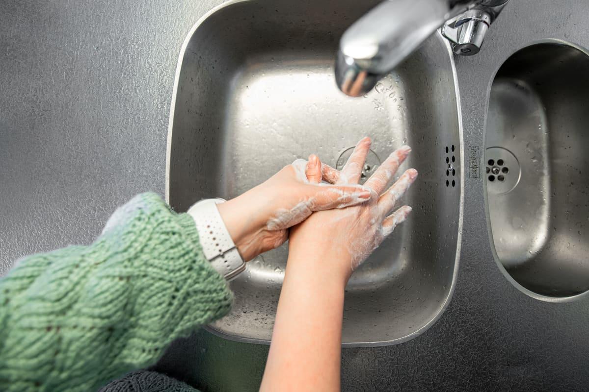 Käsien pesua saippualla.