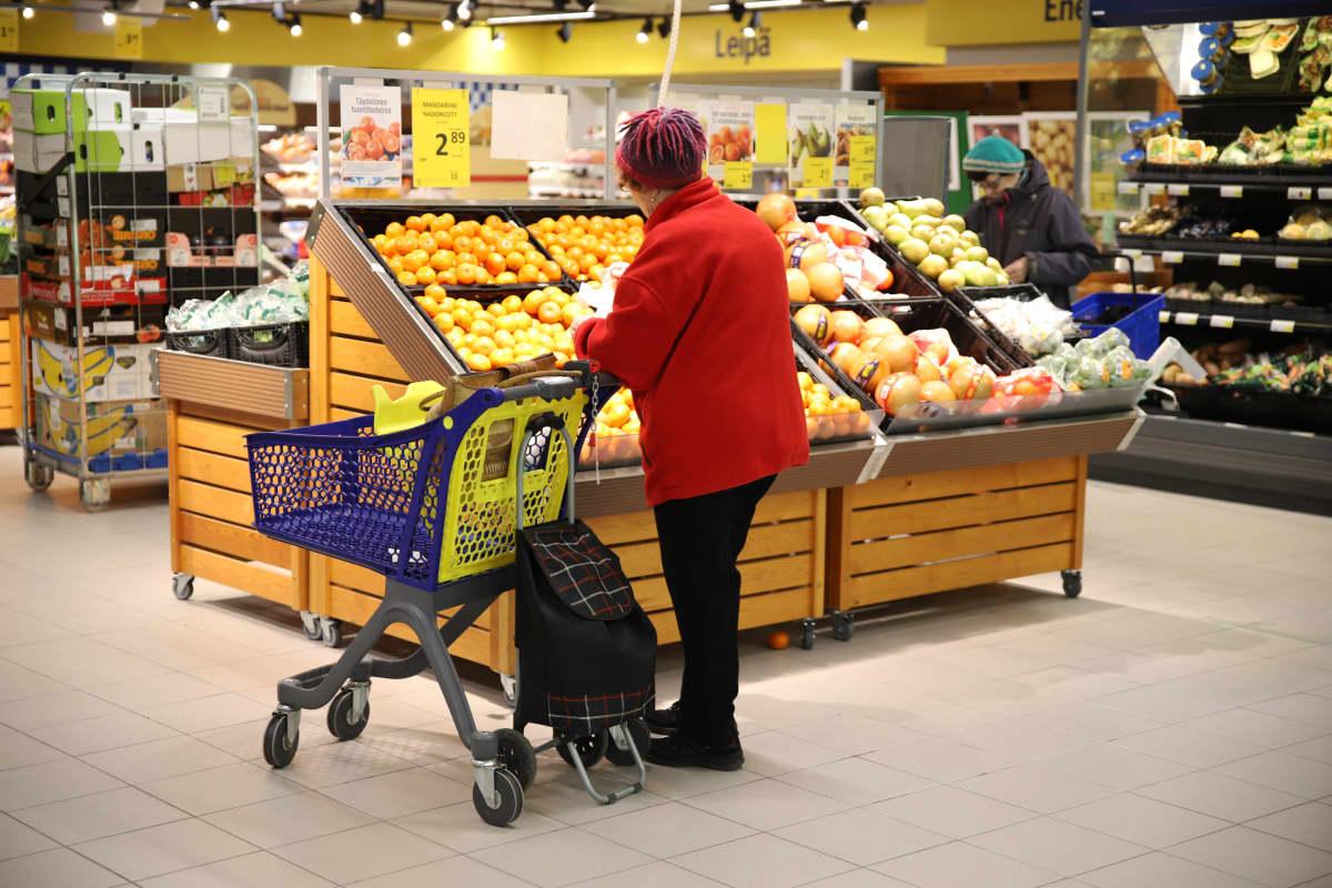 Asiakkaita Kouvolan S-marketissa. Kauppakeskus Hansa.