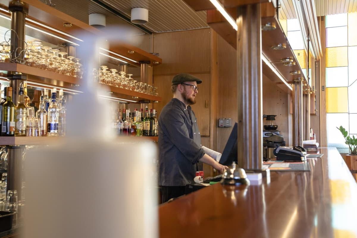 ravintolan pitäjä laskuttaa asiakasta