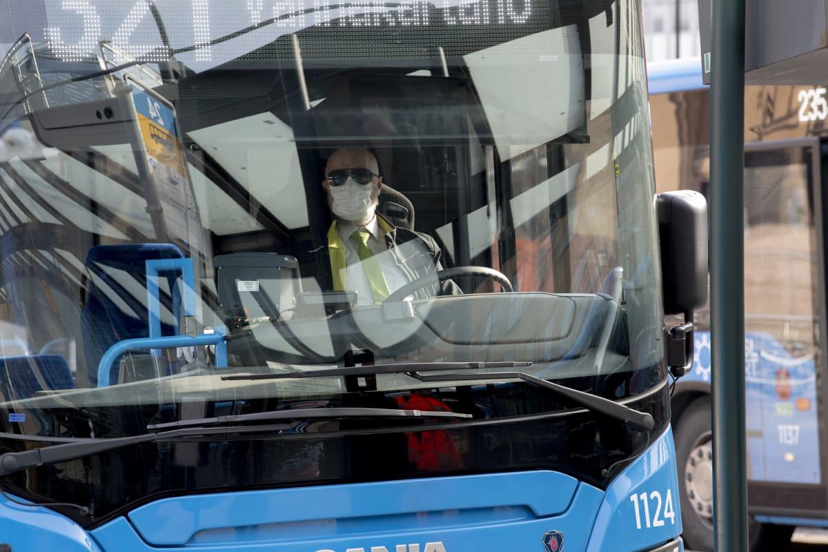 HSL:n kuljettaja on suojautunut hanskoilla ja hengityssuojaimella 25. maaliskuuta.