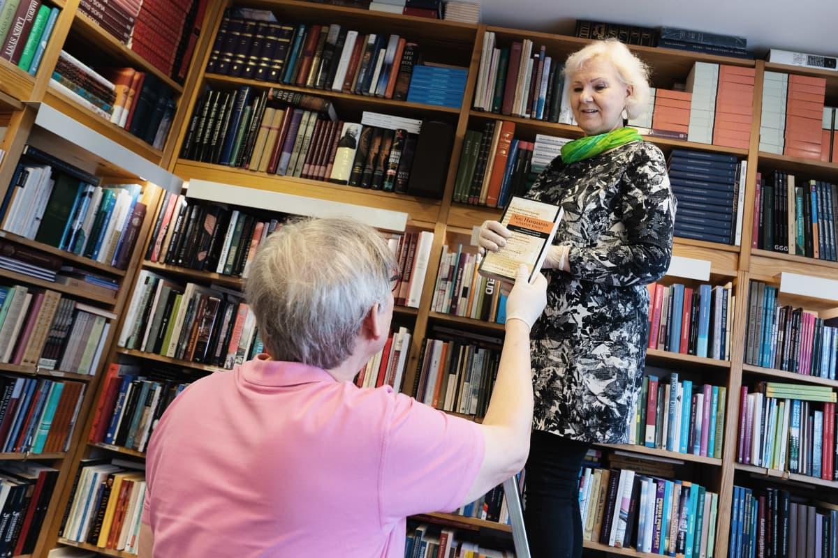 Pirjo ja Seppo Aalto  kirjakaupassaan (Aatma).