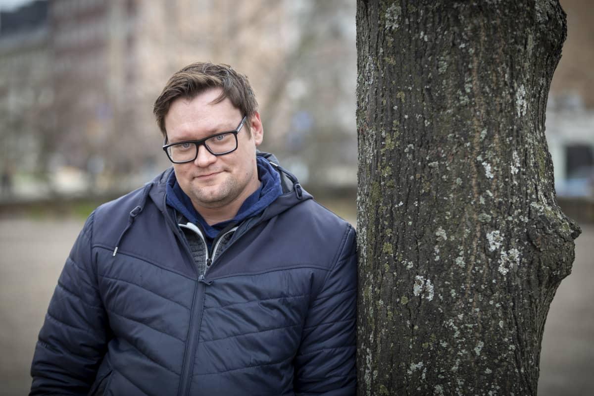 Elokuvaohjaaja Lauri Randla Karhupuistossa.