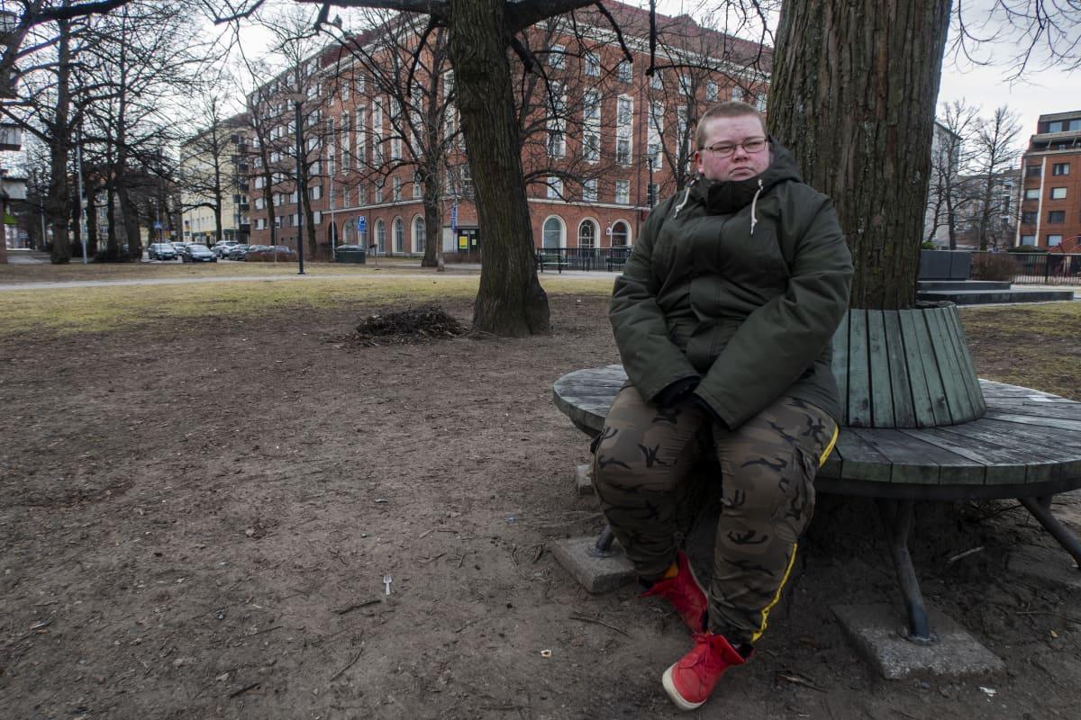 Roni Koukkari istuu penkillä