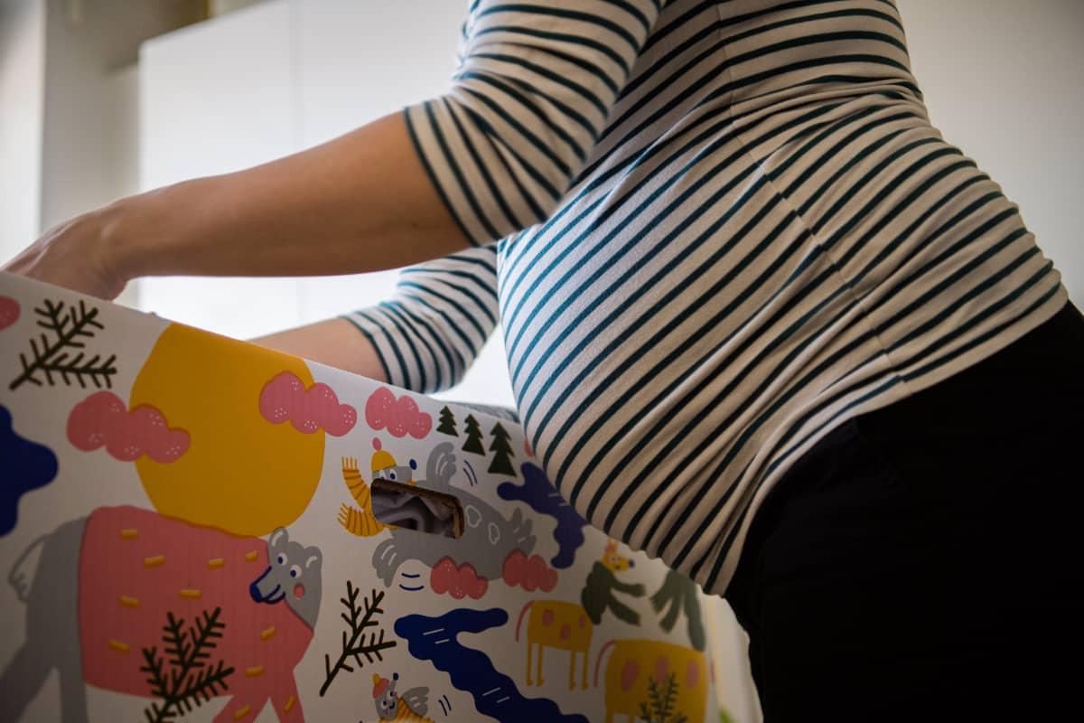 Tuleva äiti tutkiin äitiyspakkauksen sisältöä.