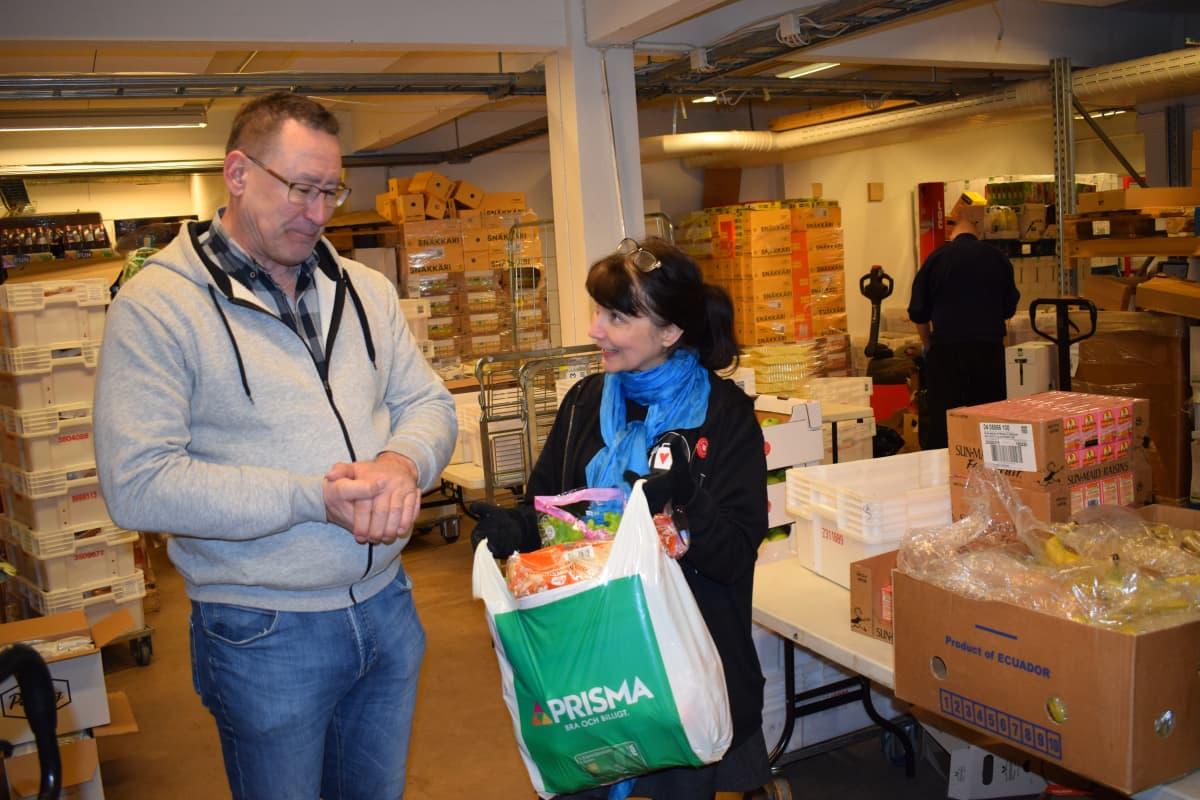 Jari Niemelä ja Maarit Helin katsovat ruokakassia.