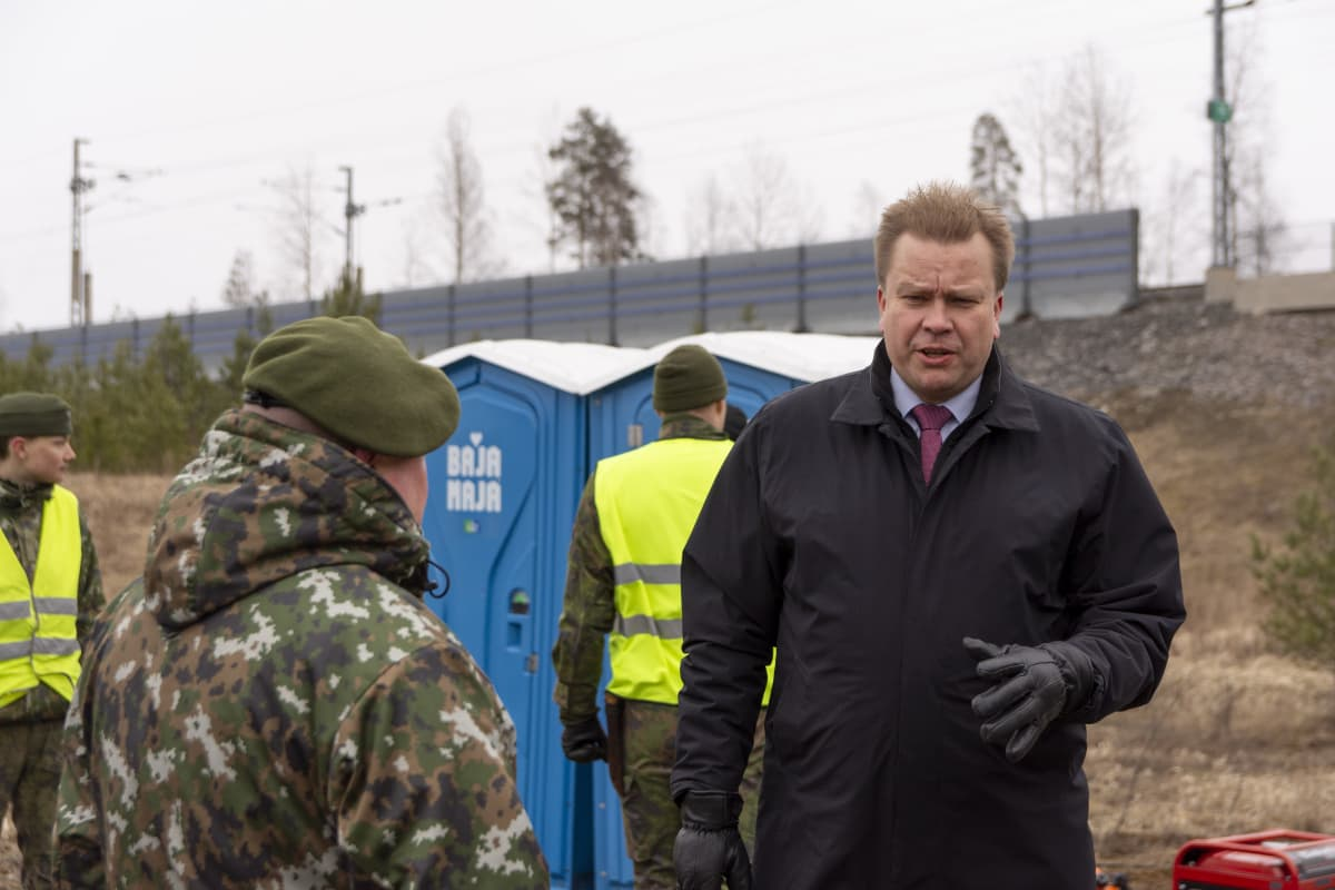 Puolustusministeri Antti Kaikkonen vierailulla Mäntsälän rajapisteellä, joka perustettiin koronapandemian hillitsemiseksi.