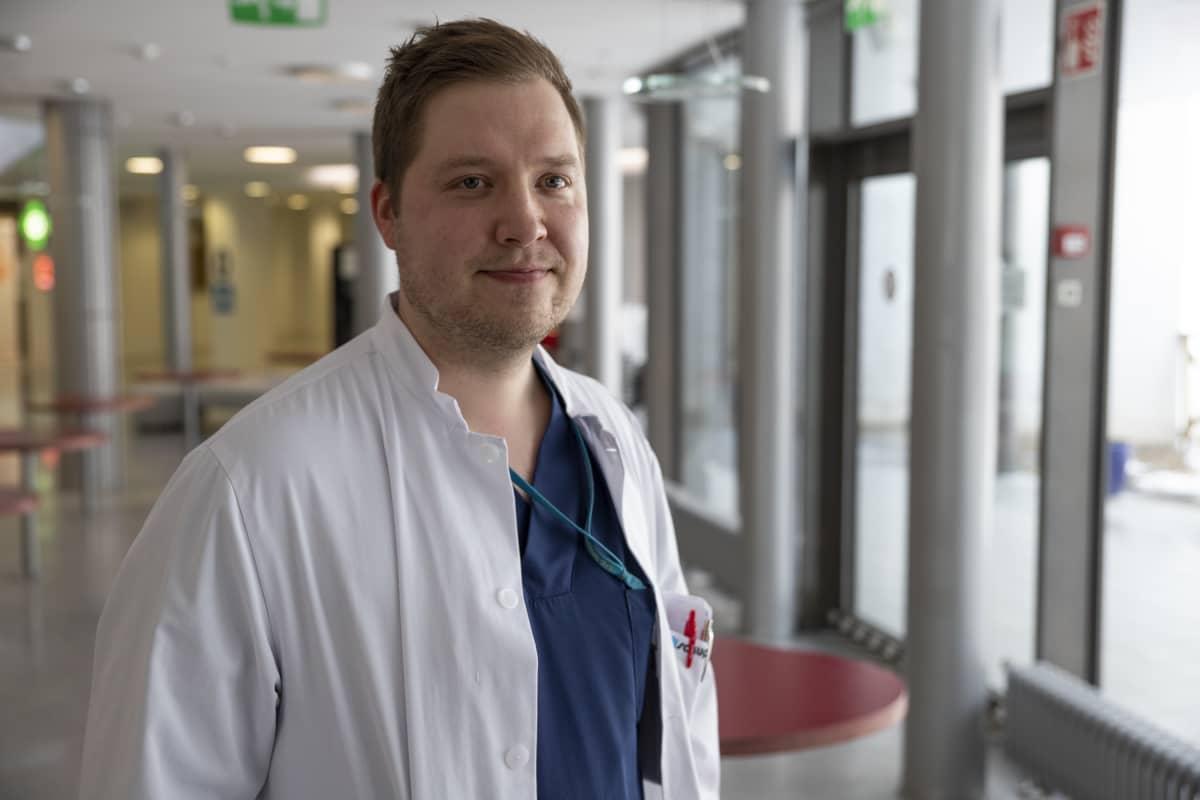 Kuopion yliopistollisen sairaalan neurologian osastonlääkäri Valtteri Julkunen.
