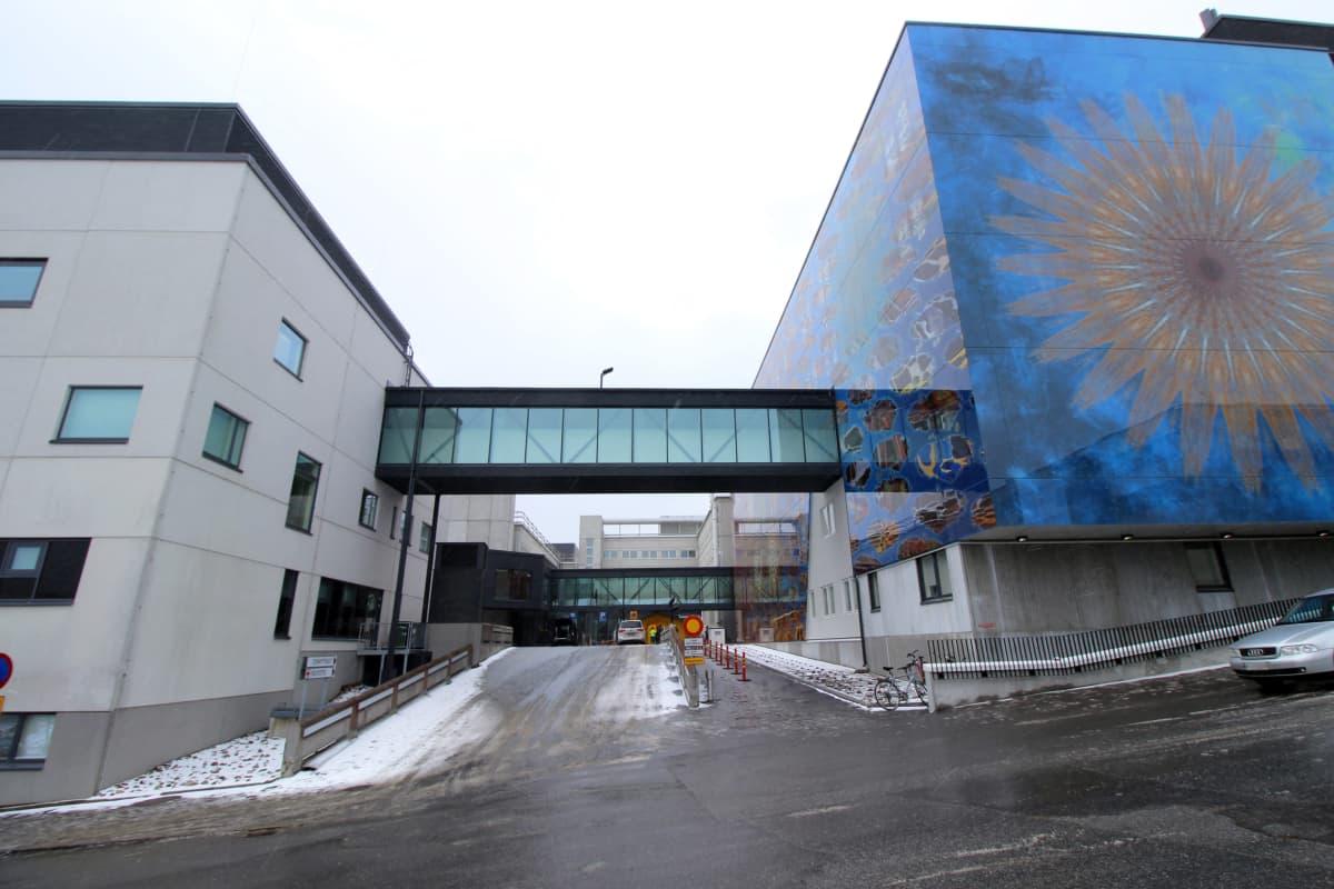 Mikkelin keskussairaala kuvattuna Pirttiniemenkadulta. Tästä kohdasta kävellään päivystykseen koronaviruspandemian aikana.