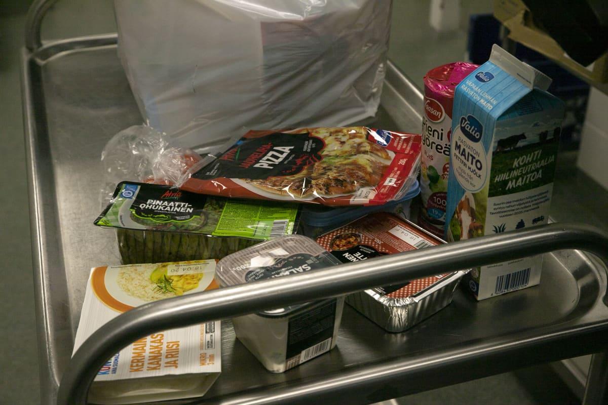 Hämeenlinnassa koululaisille tarjottavan ruokakassin sisältöä.