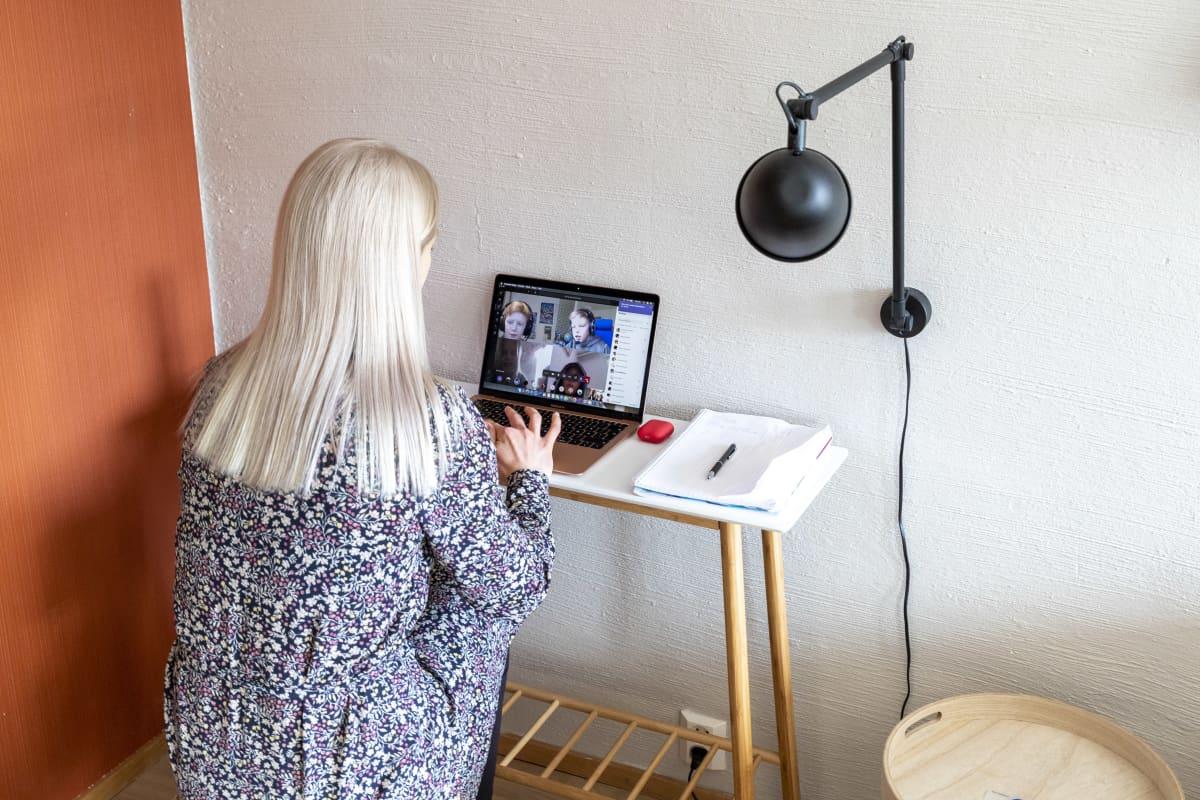 Susanne Ojaniemi opettaa luokkaansa etäyhteyden välityksellä.