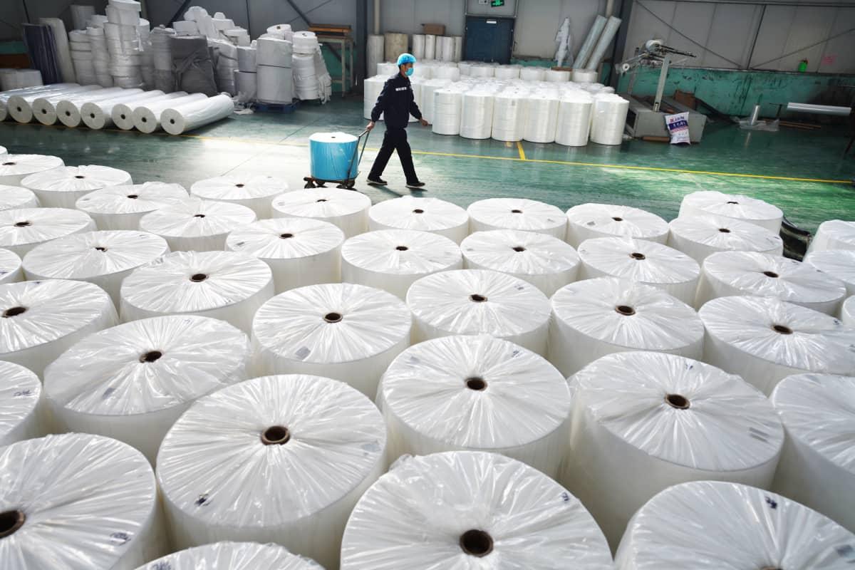 Hengityssuojissakin käytettyä kuitukangasta valmistava tehdas Zoupingin maakunnassa.
