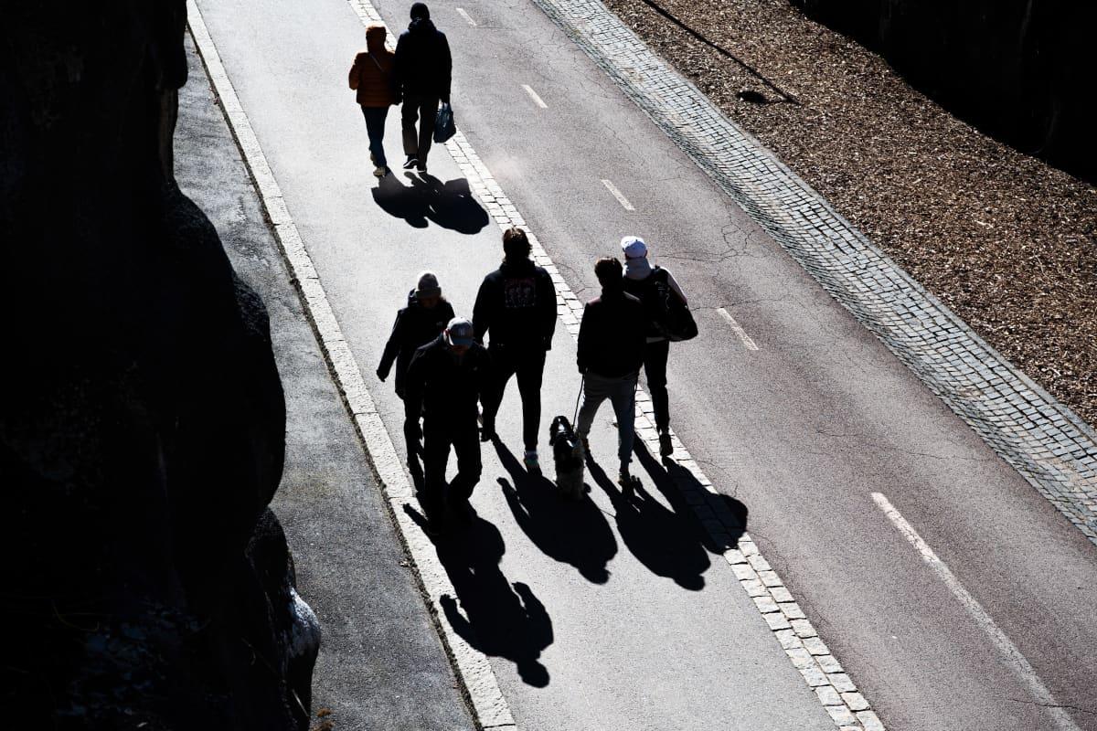 Ihmisiä kävelyllä.