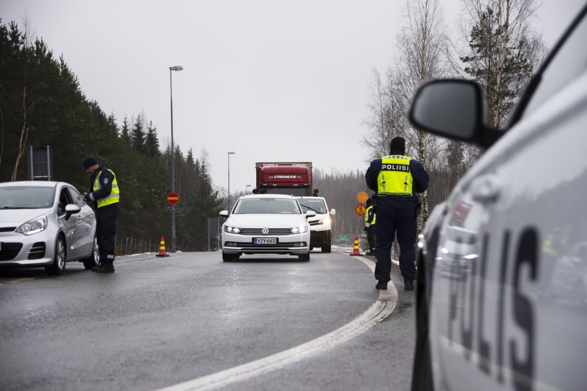 Poliiseja Uudenmaan rajalla.
