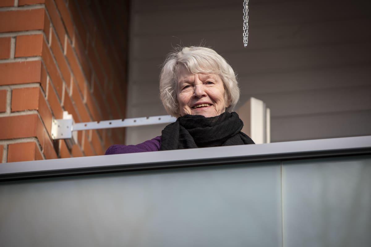 Eila Turkka asuntonsa parvekkeella Kuopiossa