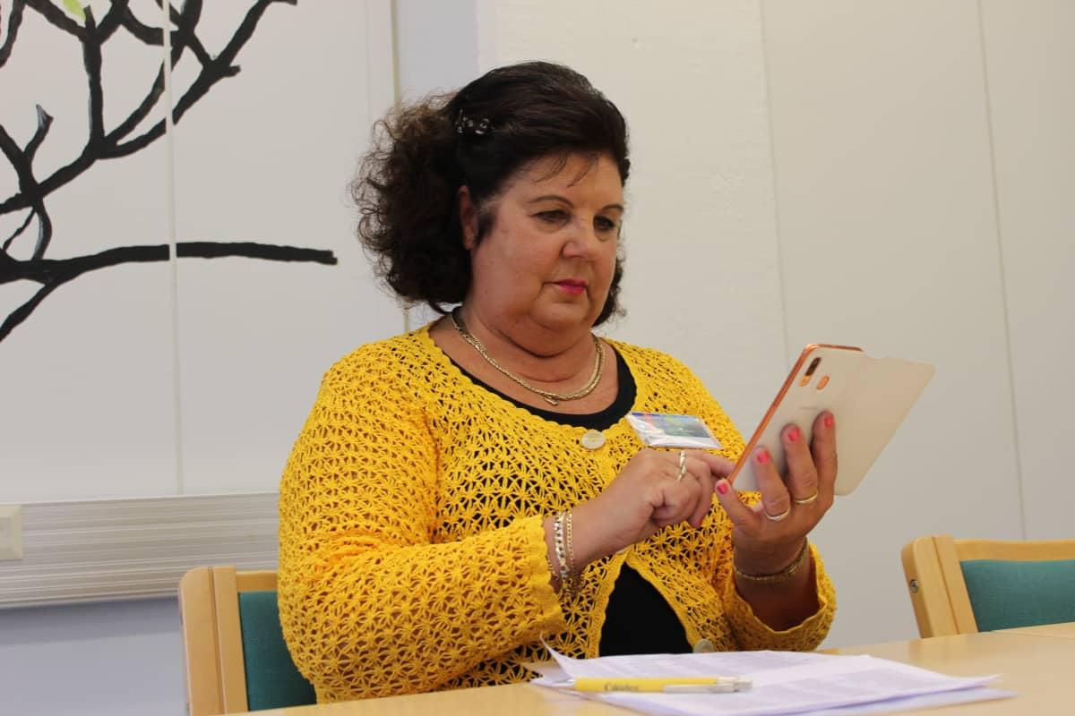 Vapaaehtoinen Marjaana Finer tekee soittotyötä ikäihmisten Mitä kuuluu -soittopalvelussa.