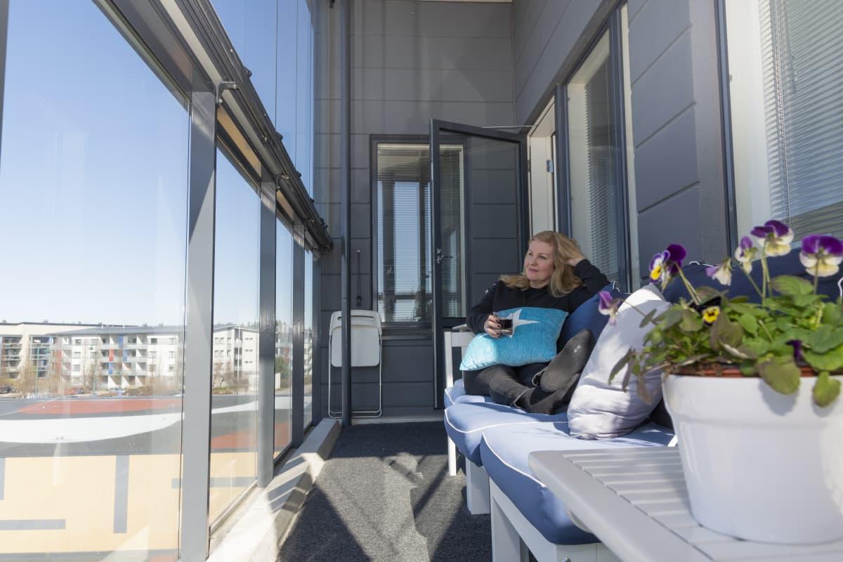 Asuntonsa juuri myynyt Iiu Alajoki pitää taukoa pakkaamisen välissä.