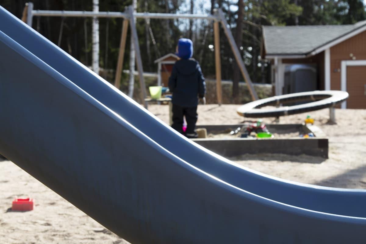 Lapsi yksin leikkipaikalla