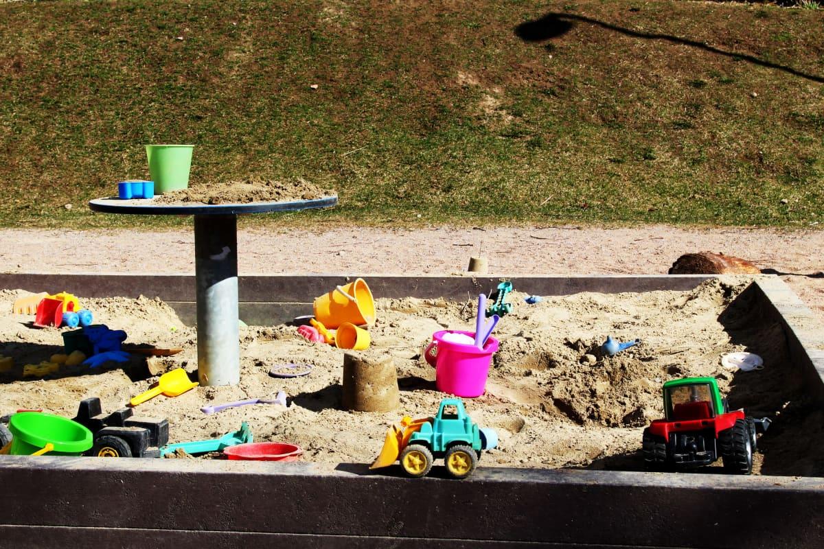 Leluja hiekkalaatikossa