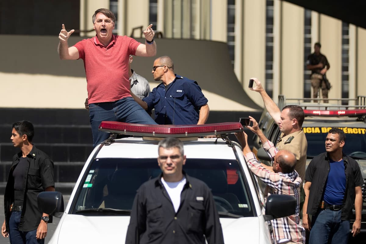 Jair Bolsonaro tervehtii auton lavalta kannattajiaan