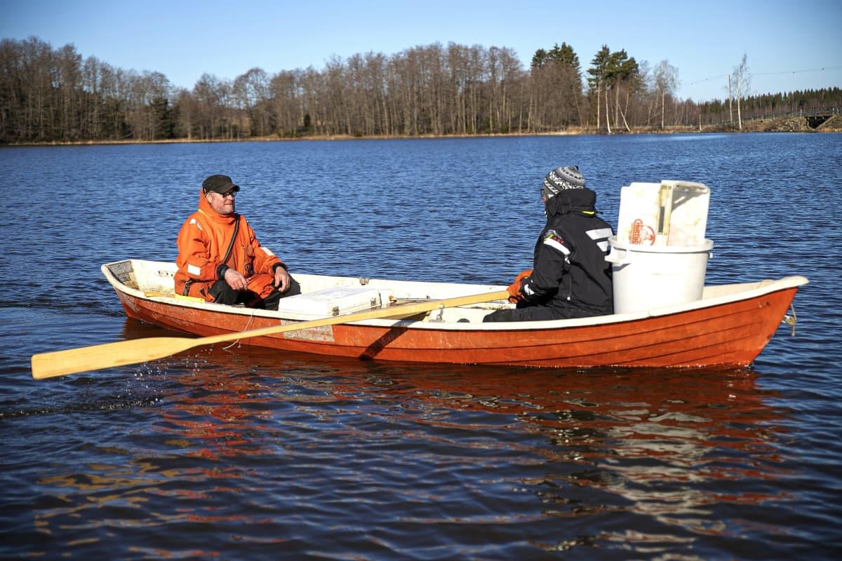 Petri Mäkinen ja Mika Soramäki veneellä järvellä.
