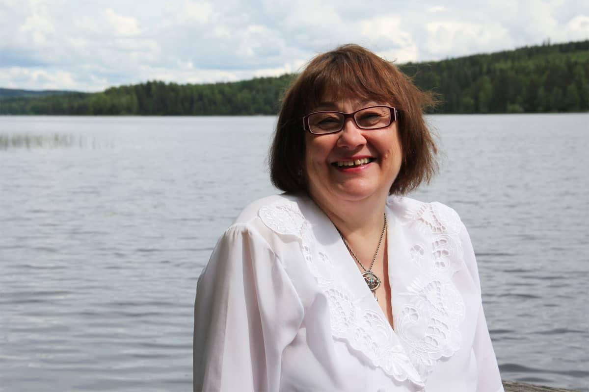 Liisa Arola-Lamminmäki hymyilee kameralle.
