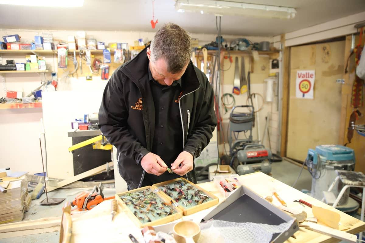 Petteri Valle kunnostaa kalastustarvikkeita kesää varten.