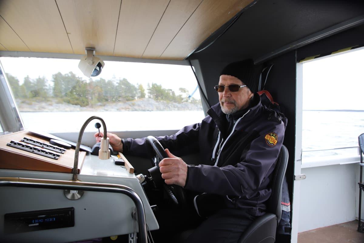 kari saramo ohjaa venettä