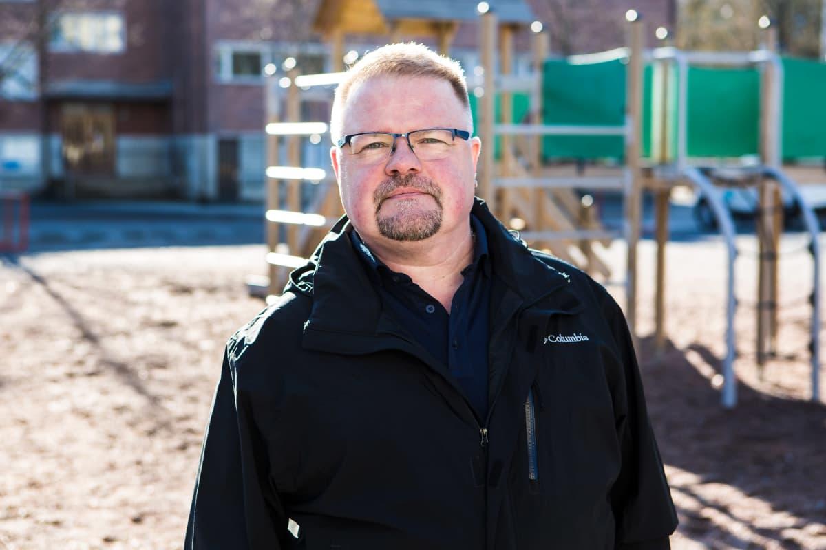 Tammelan koulun vanhempainyhdistys ry:n puheenjohtaja Antti Astrén Tammelan koulun pihalla.
