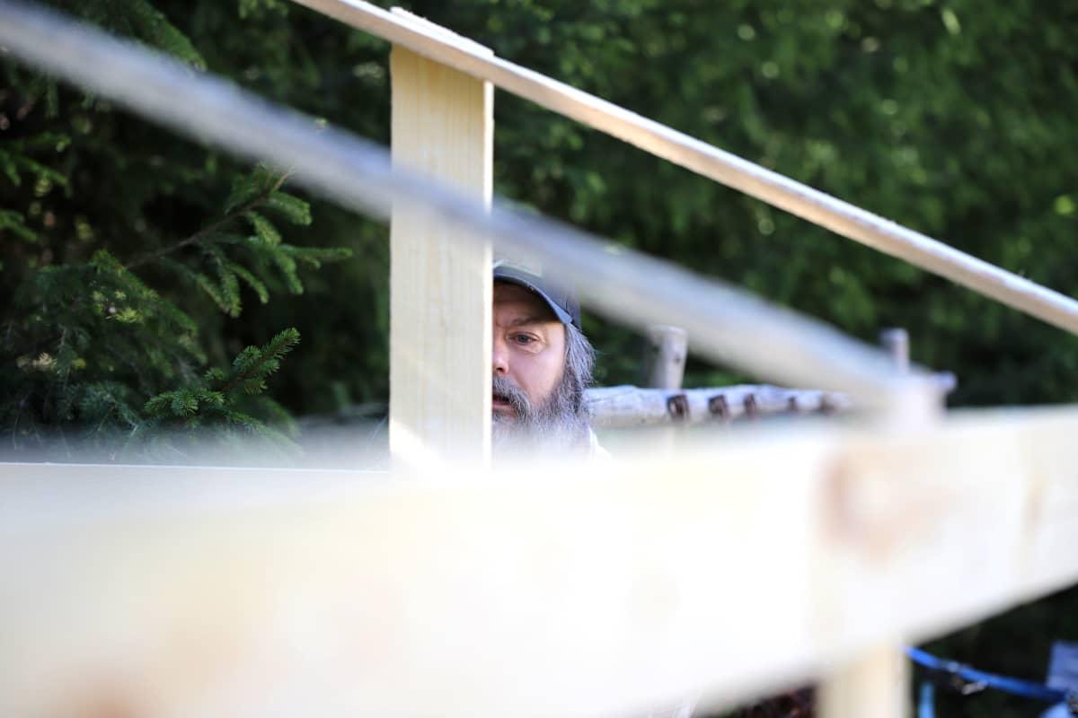 Miika Vanhapiha rakentamassa kasvihuonetta pihallaan Forssassa.