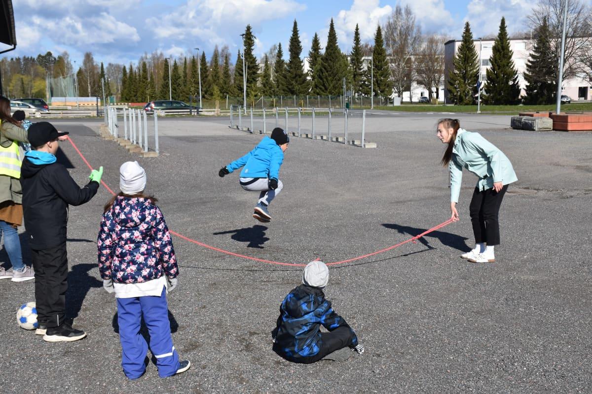 Hyppynarun pelaamista Lauttakylän koulusta Huittisista.