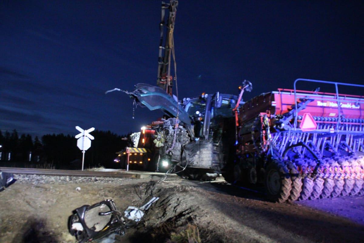 Onnettomuuspaikkaa raivataan Kitusuon ylikäytävällä.