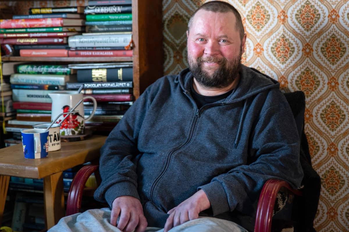 Janne Utriainen istuu tuolissa.
