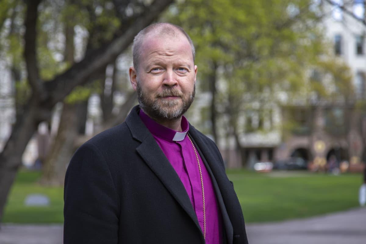 Helsingin hiippakunnan piispa Teemu Laajasalo poseeraa kameralle.
