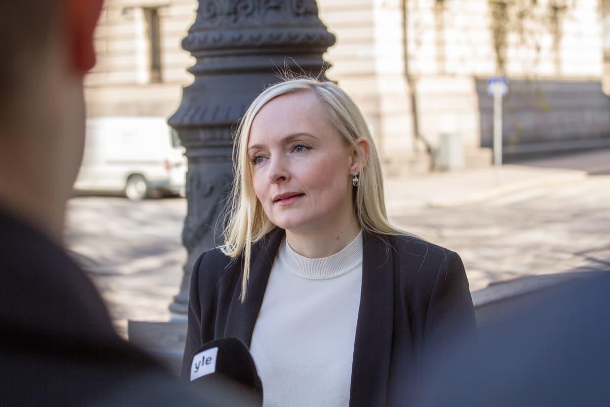 Sisäministeri Maria Ohisalo säätytalon rappusilla ennen hallituksen kokousta 19.5.2020.