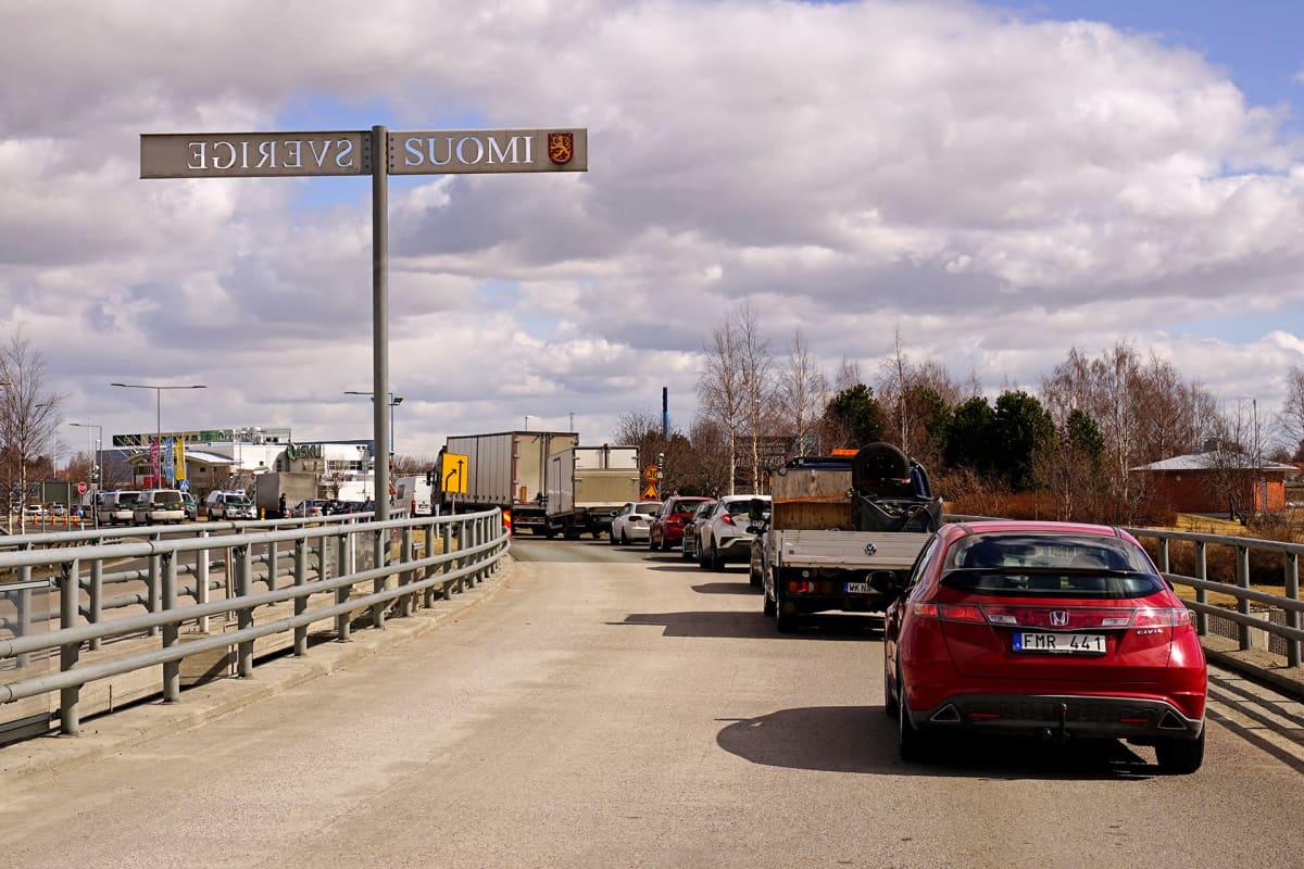 Autoja jonottamassa Suomeen Ruotsin ja Suomen rajalla Haaparanta-Torniossa toukokuussa 2020.