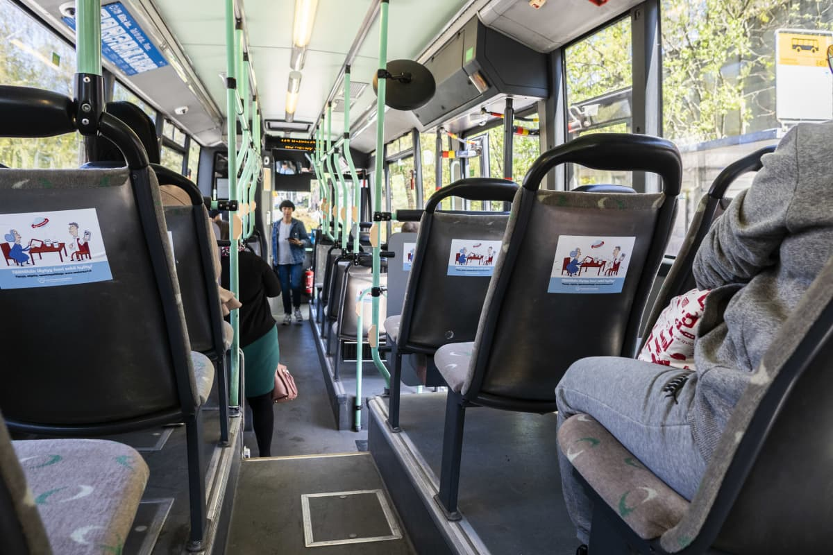 Matkustajia HSL:n bussissa Espoossa.