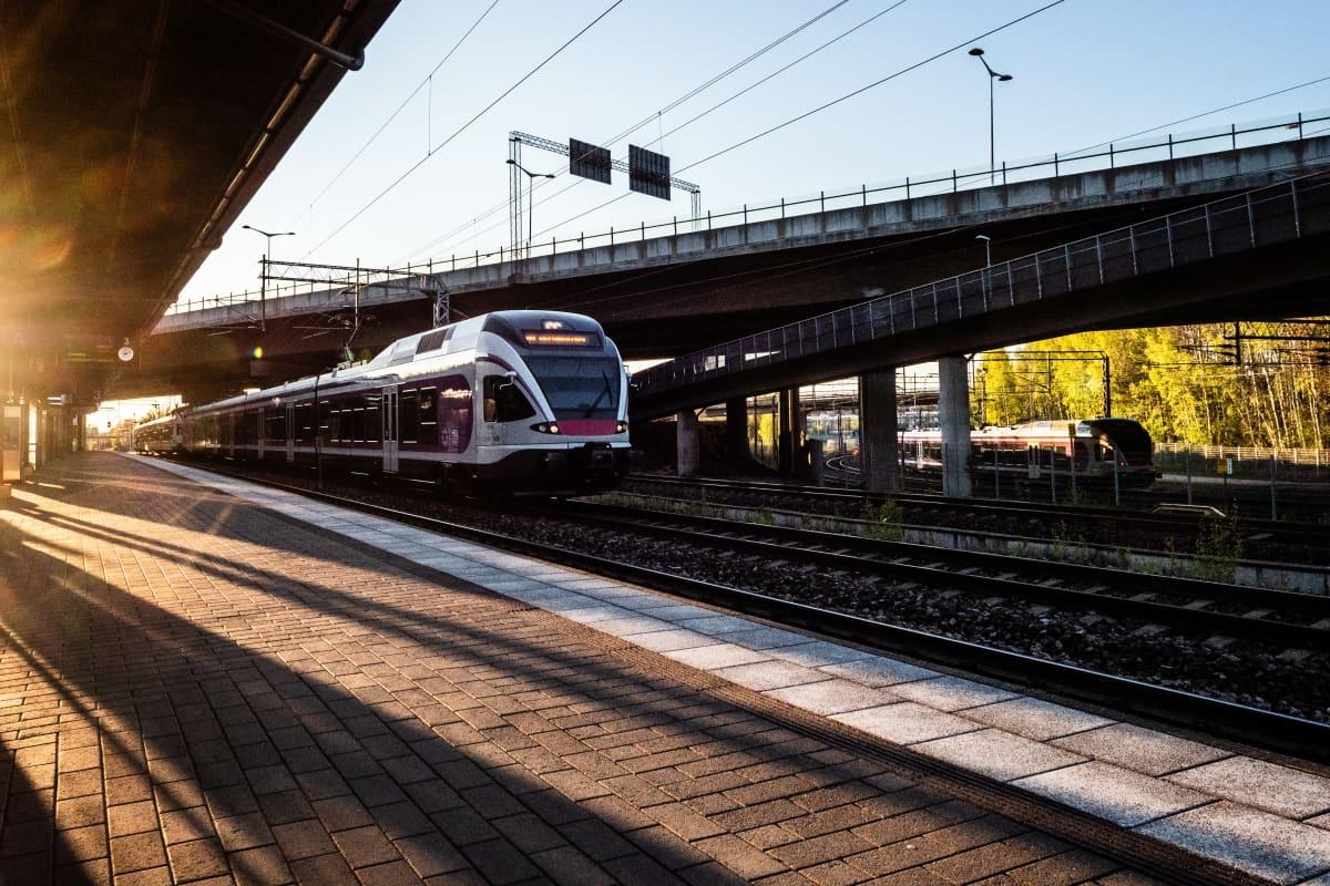 Juna saapuu asemalaiturille.