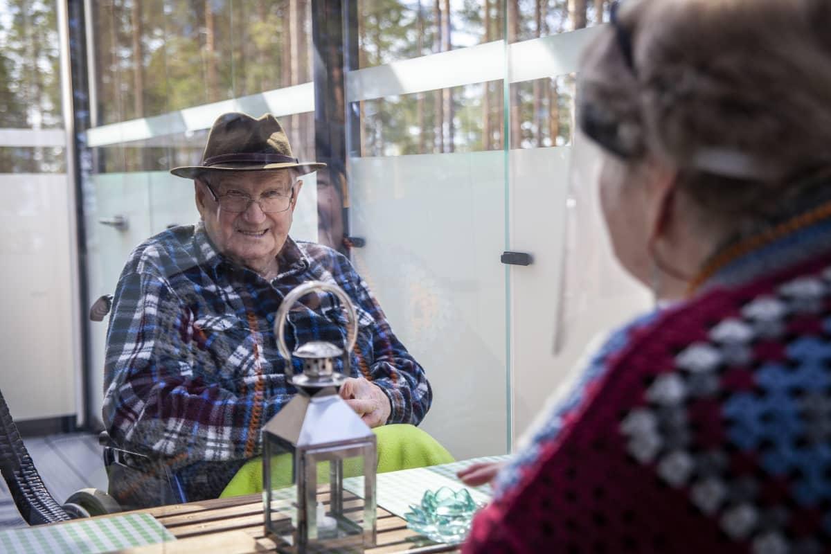 Virve Rastiola tapaamassa isäänsä, Onni Rastiolaa Lapinlahden hoivakodissa, jossa on suojattu terassi tapaamista varten.
