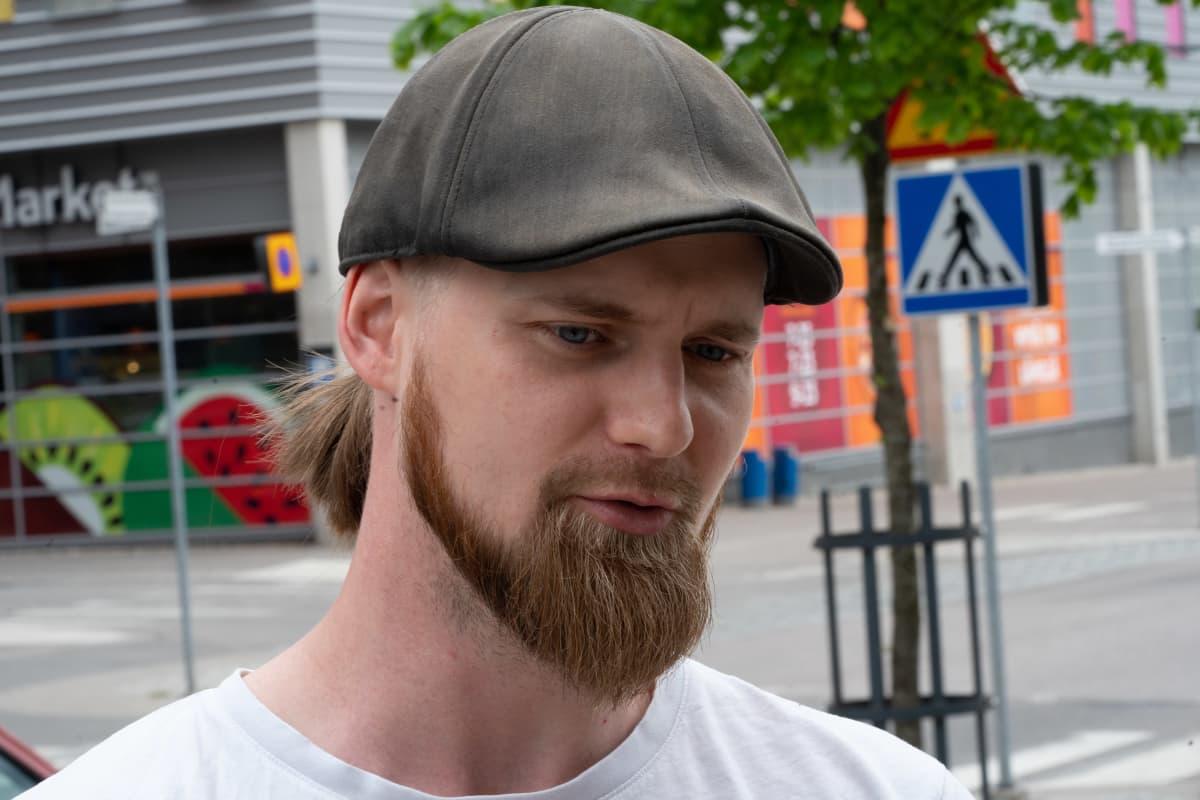 Iiro Karjalainen Vantaan Kivistössä. Karjalainen tuskailee Kivistössä palvelujen ja pysäköintipaikkojen puuttumista. Hän on pettynyt, että asuinalue on edelleen niin keskeneräinen.