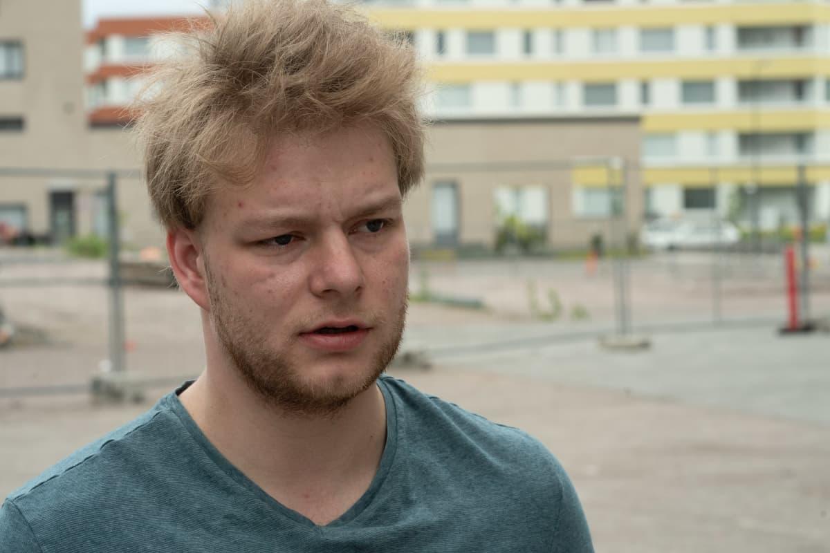 Jami Kuivasmäki Vantaan Kivistössä. Nykyisin kivistöläinen Jami Kuivasmäki kaipaa pikaisesti lisää palveluja asuinalueelleen. Hänen mukaan alueelta puuttuvat peruspalvelut kuten apteekki ja kohtuuhintainen ruokakauppa.