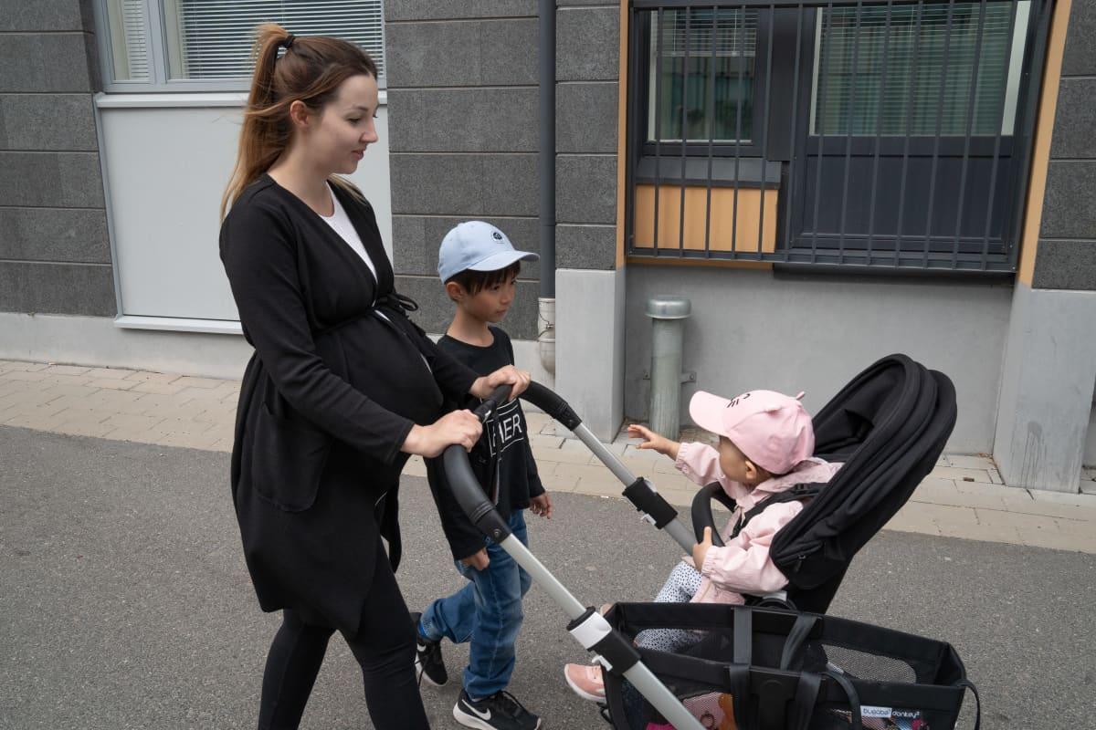 Satu Ma, lapset Jimmy ja Lily Vantaan Kivistössä. He ulkoilevat paljon eri puolilla Kivistön asuinalueella.
