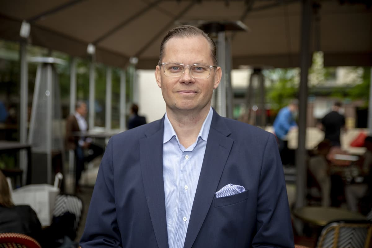 NoHo Partnersin toimitusjohtaja Aku Vikström ravintola Teatterin edessä.