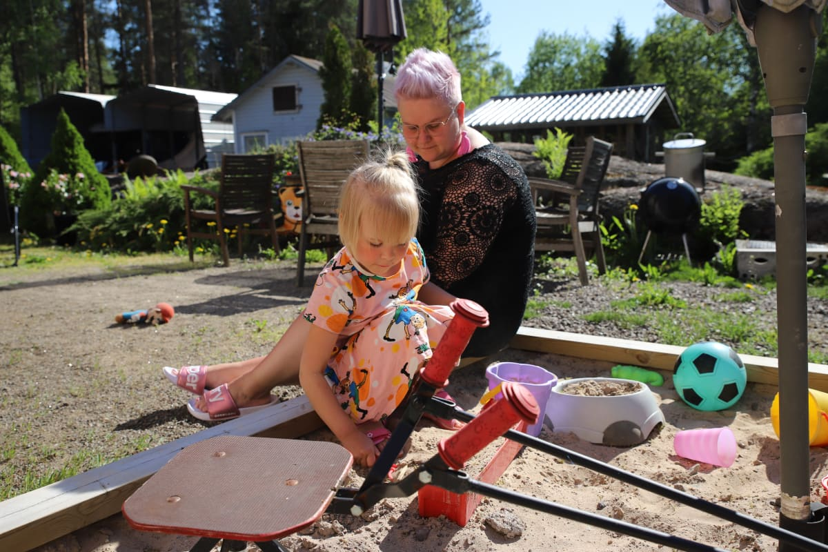 Jippu Tyllinen ja äiti Jenna Tyllinen kotipihallaan Kouvolan Anjalassa.