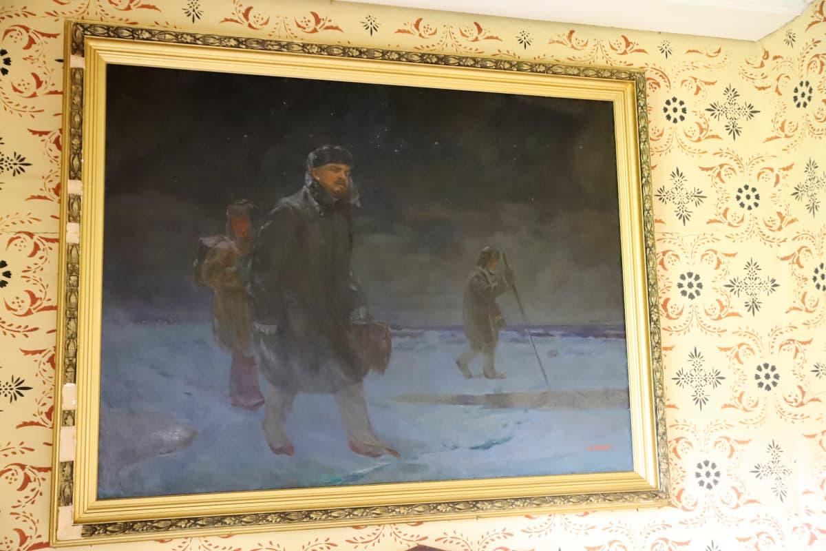 taulu Lenin kulkee jäällä Nauvossa kahden avustajan kanssa