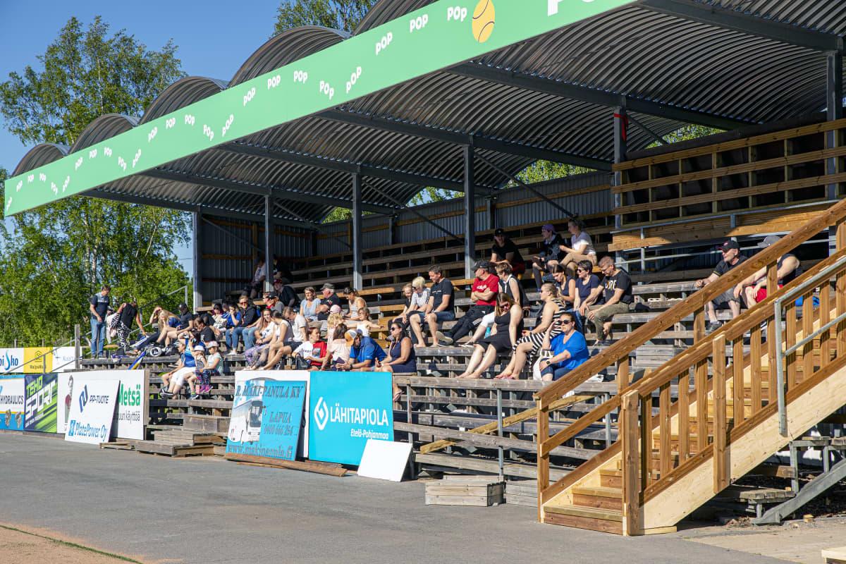 Yleisöä pesäpallo-ottelussa