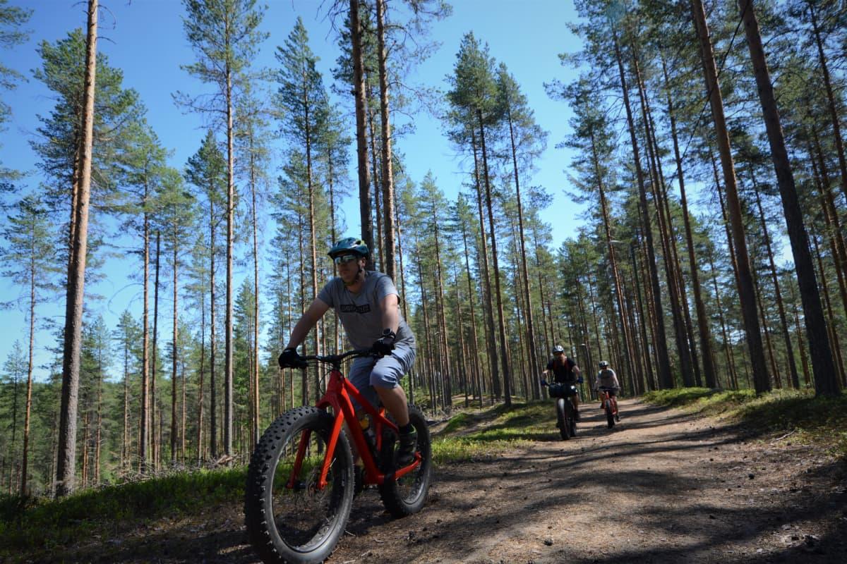 Jonni Markkanen pyöräilee Lintharhulla yhdessä kahden muun pyöräilijän kanssa.